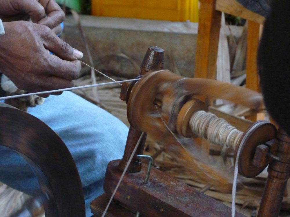 ART DE MADAGASCAR - Le filage de la soie